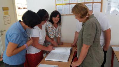 Účastníci kronikářského semináře v Brně obdivují vzorně vedenou kroniku obce Doubravice nad Svitavou.