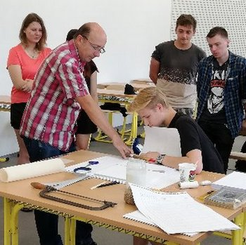 Václav Uher předvádí knihařské řemeslo studentům ve Štětí